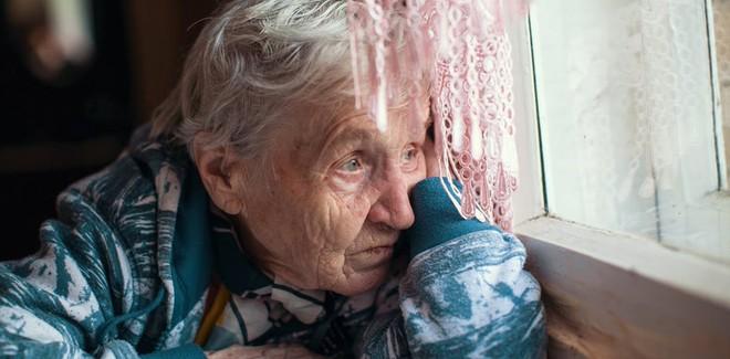 Tặng bà cụ không quen biết chiếc nhẫn, 1 năm sau, lái xe taxi nhận được bức thư đổi đời - Ảnh 1.