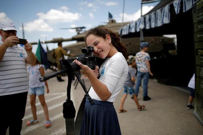 24h qua ảnh: Các nữ tình nguyện viên Trung Quốc luyện cười duyên - Ảnh 2.