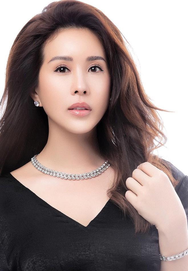 Hoa hậu Thu Hoài khoe mốt tóc ngắn trẻ trung, gu ăn mặc gợi cảm - Ảnh 10.
