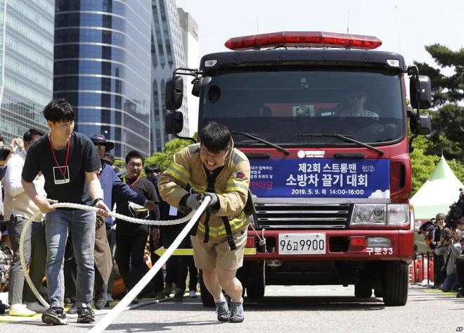 24h qua ảnh: Các nữ tình nguyện viên Trung Quốc luyện cười duyên - Ảnh 4.