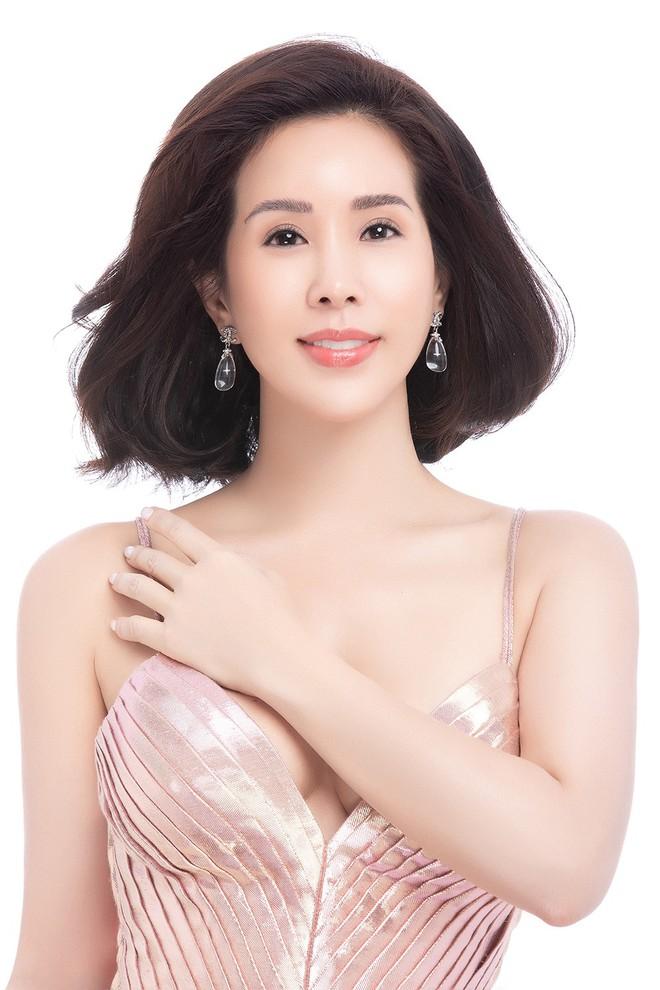 Hoa hậu Thu Hoài khoe mốt tóc ngắn trẻ trung, gu ăn mặc gợi cảm - Ảnh 2.