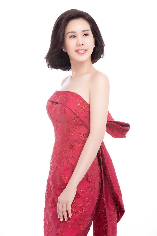 Hoa hậu Thu Hoài khoe mốt tóc ngắn trẻ trung, gu ăn mặc gợi cảm - Ảnh 5.