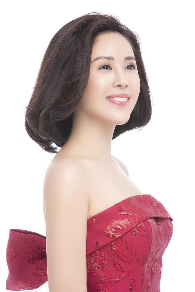 Hoa hậu Thu Hoài khoe mốt tóc ngắn trẻ trung, gu ăn mặc gợi cảm - Ảnh 4.