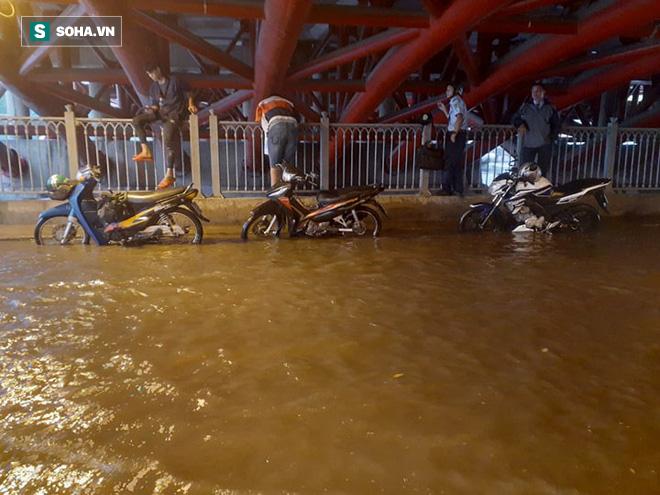 Mưa lớn diện rộng ở Sài Gòn, nhiều phố phường ngập úng và kẹt xe - Ảnh 3.