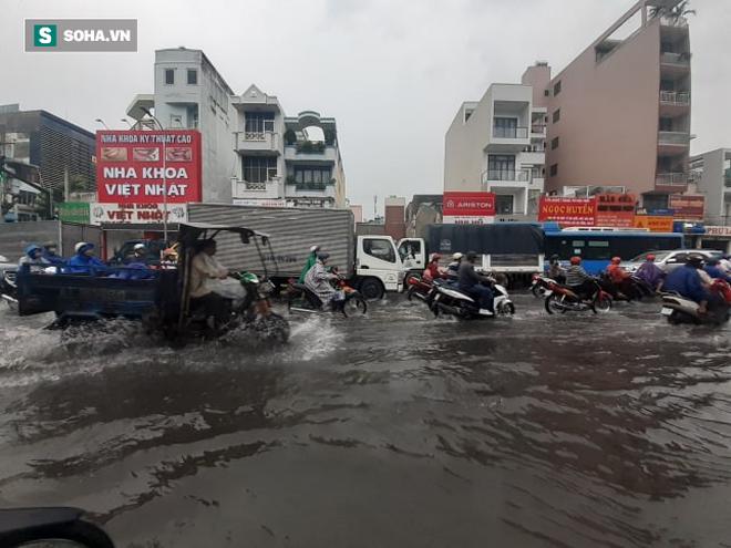 Mưa lớn diện rộng ở Sài Gòn, nhiều phố phường ngập úng và kẹt xe - Ảnh 5.