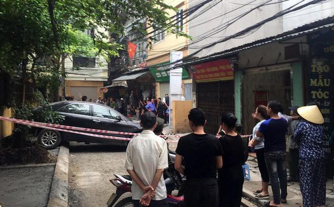 CLIP: Nữ tài xế lùi xe Camry tông chết người đi xe máy ở Hà Nội