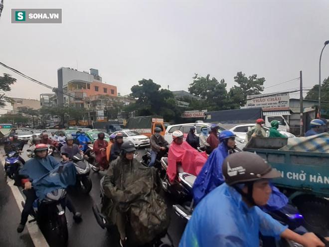 Mưa lớn diện rộng ở Sài Gòn, nhiều phố phường ngập úng và kẹt xe - Ảnh 6.