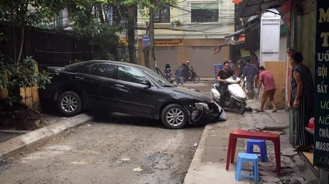 CLIP: Nữ tài xế lùi xe Camry tông chết người đi xe máy ở Hà Nội - Ảnh 2.