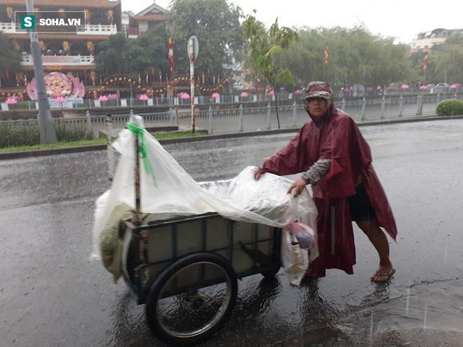 Mưa lớn diện rộng ở Sài Gòn, nhiều phố phường ngập úng và kẹt xe - Ảnh 8.