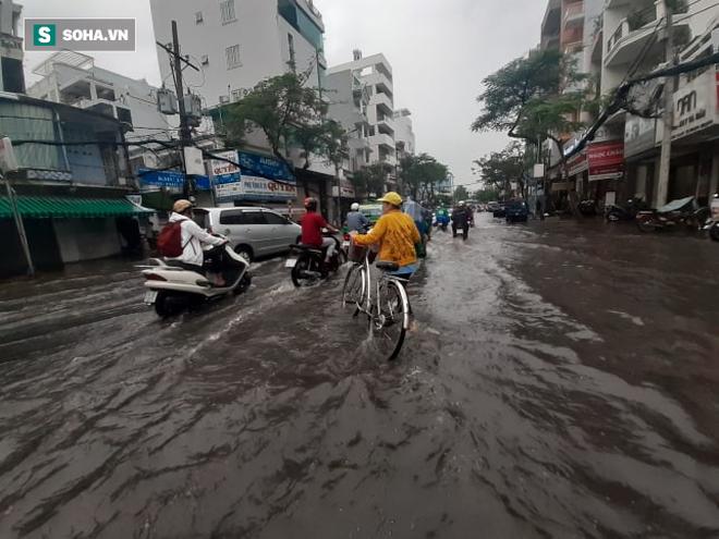 Mưa lớn diện rộng ở Sài Gòn, nhiều phố phường ngập úng và kẹt xe - Ảnh 7.