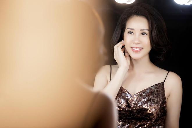 Hoa hậu Thu Hoài khoe mốt tóc ngắn trẻ trung, gu ăn mặc gợi cảm - Ảnh 7.