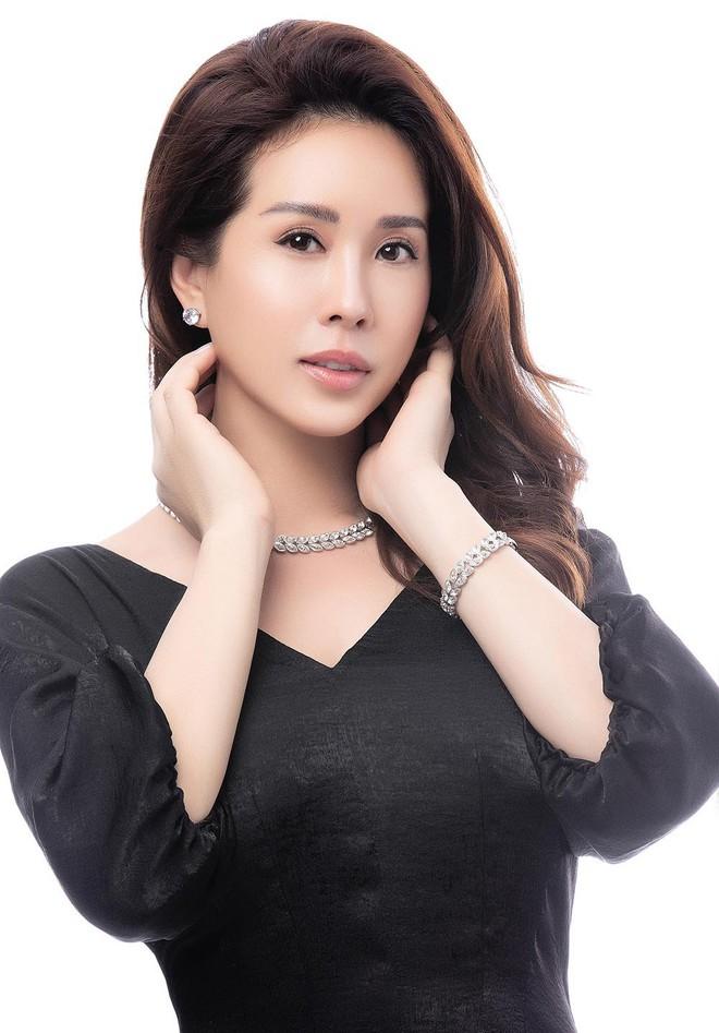 Hoa hậu Thu Hoài khoe mốt tóc ngắn trẻ trung, gu ăn mặc gợi cảm - Ảnh 9.