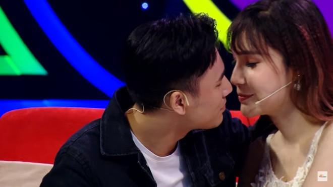 Diễn viên điển trai gây sốc khi hôn cô gái chuyển giới trên sóng truyền hình - Ảnh 8.