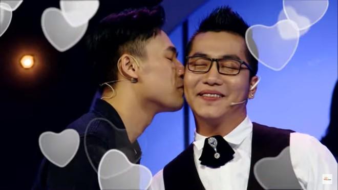 Diễn viên điển trai gây sốc khi hôn cô gái chuyển giới trên sóng truyền hình - Ảnh 3.