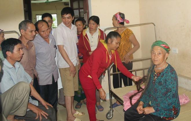 Cụ bà 94 tuổi với bộ tóc dài gần 4m ở Nghệ An tiết lộ lý do chưa gội đầu trong 65 năm qua  - Ảnh 3.