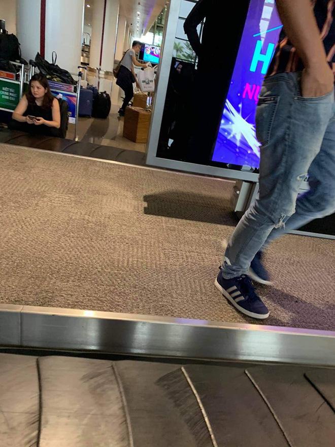 Hành động khác thường của 3 hành khách ở băng chuyền hành lý khiến tất cả ngỡ ngàng - Ảnh 3.
