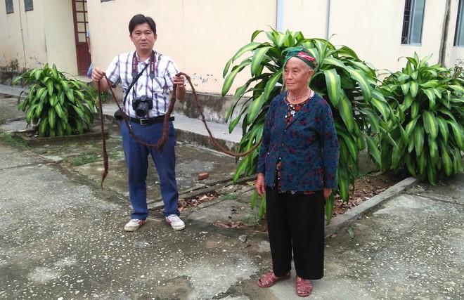 Cụ bà 94 tuổi với bộ tóc dài gần 4m ở Nghệ An tiết lộ lý do chưa gội đầu trong 65 năm qua  - Ảnh 2.