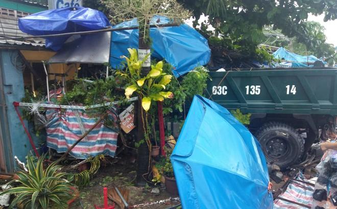 Xe tải lao vào nhà dân, 3 người bị thương, 6 người thoát chết trong gang tấc