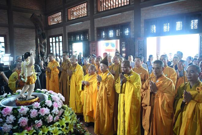 Hơn 400 xe hoa diễu hành rước Phật trước đại lễ Phật Đản Vesak - Ảnh 1.