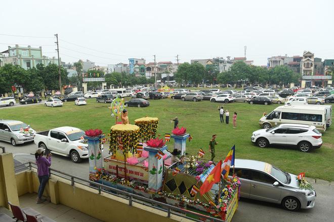 Hơn 400 xe hoa diễu hành rước Phật trước đại lễ Phật Đản Vesak - Ảnh 5.