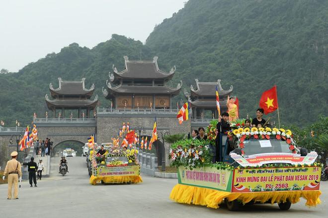 Hơn 400 xe hoa diễu hành rước Phật trước đại lễ Phật Đản Vesak - Ảnh 13.