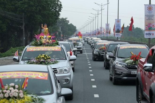 Hơn 400 xe hoa diễu hành rước Phật trước đại lễ Phật Đản Vesak - Ảnh 8.