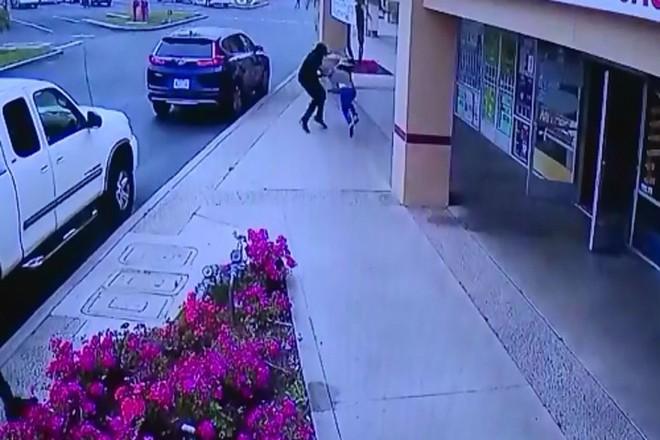 Clip: Cố chống trả tên cướp túi, 1 phụ nữ gốc Việt bị toán cướp lái xe tông chết ở Mỹ - Ảnh 2.