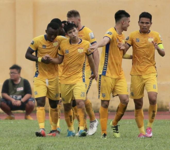 Đình Trọng suy sụp khi nhận thẻ đỏ, Hà Nội FC đối diện với ngày thi đấu kinh hoàng tại Thanh Hóa - Ảnh 1.