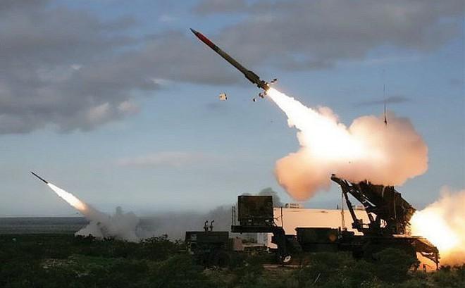 """Tên lửa Patriot được lệnh """"hợp sức"""" cùng B-52, tàu sân bay Mỹ thắt chặt vòng vây Iran"""