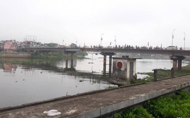 Hà Nam: Xe tải lao xuống sông Đáy ở Thành phố Phủ Lý