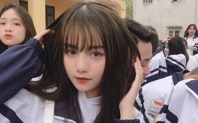 Nữ sinh 2002 diện đồng phục thôi cũng đủ nổi bật giữa sân trường, trả lời lý do đi học mà vẫn makeup kỹ lưỡng