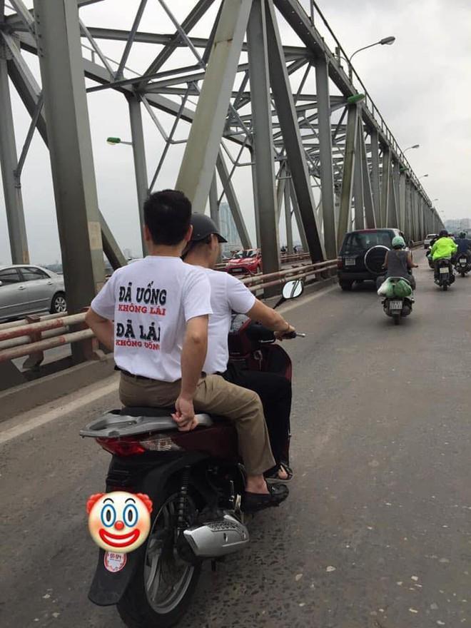 """Clip: Mẹ dán logo """"đã uống rượu bia, không lái xe"""" rồi chở con gái đầu trần vượt đèn đỏ trên đường phố Hà Nội khiến nhiều người bức xúc - Ảnh 3."""