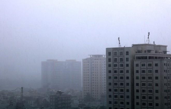 TP HCM: Mưa trắng trời trưa cuối tuần, khu nhà giàu Thảo Điền lại ngập  - Ảnh 1.