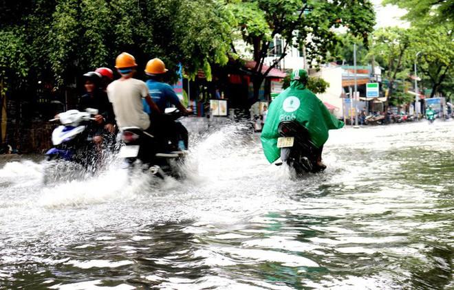 TP HCM: Mưa trắng trời trưa cuối tuần, khu nhà giàu Thảo Điền lại ngập  - Ảnh 2.