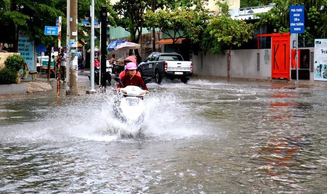 TP HCM: Mưa trắng trời trưa cuối tuần, khu nhà giàu Thảo Điền lại ngập  - Ảnh 5.
