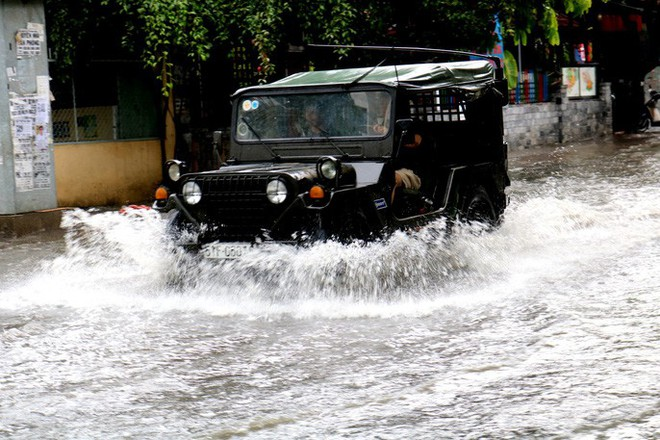TP HCM: Mưa trắng trời trưa cuối tuần, khu nhà giàu Thảo Điền lại ngập  - Ảnh 6.