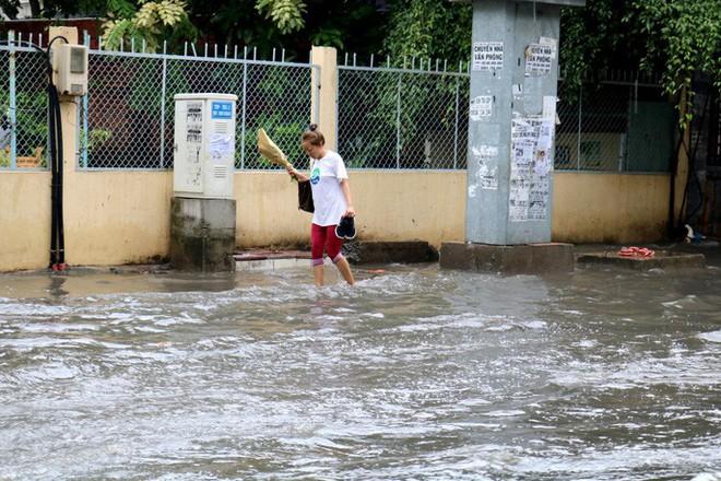 TP HCM: Mưa trắng trời trưa cuối tuần, khu nhà giàu Thảo Điền lại ngập  - Ảnh 7.
