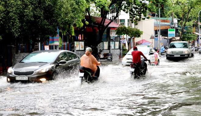 TP HCM: Mưa trắng trời trưa cuối tuần, khu nhà giàu Thảo Điền lại ngập  - Ảnh 8.