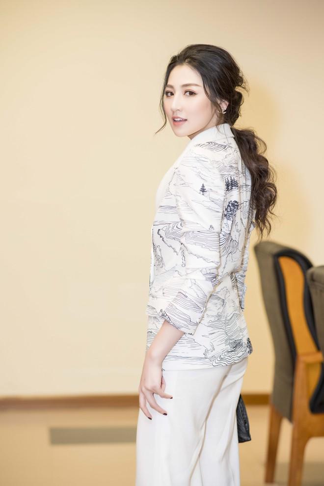 Á hậu Tú Anh lấy lại nhan sắc sau 4 tháng sinh nở, chạy show liên tục - Ảnh 5.