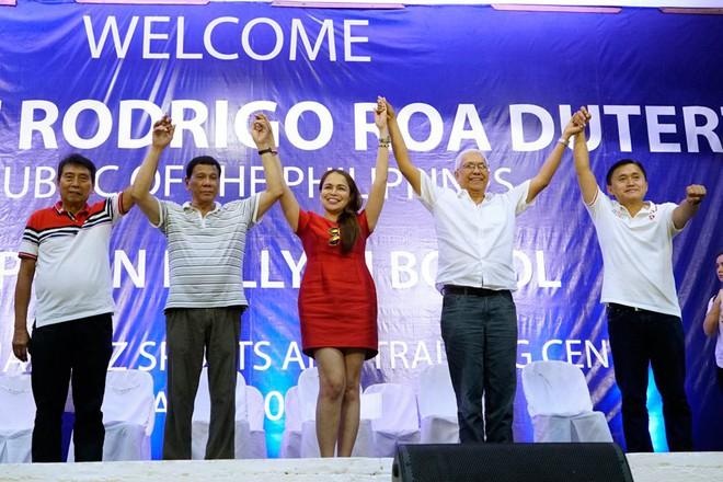 TT Duterte bị phản đối kịch liệt vì vạ miệng với nữ thị trưởng xinh đẹp: Cô có muốn bỏ trốn cùng tôi không? - Ảnh 1.