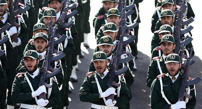 Iran dọa đánh phủ đầu, phá hủy tàu sân bay Mỹ với 1 tên lửa - Ảnh 1.