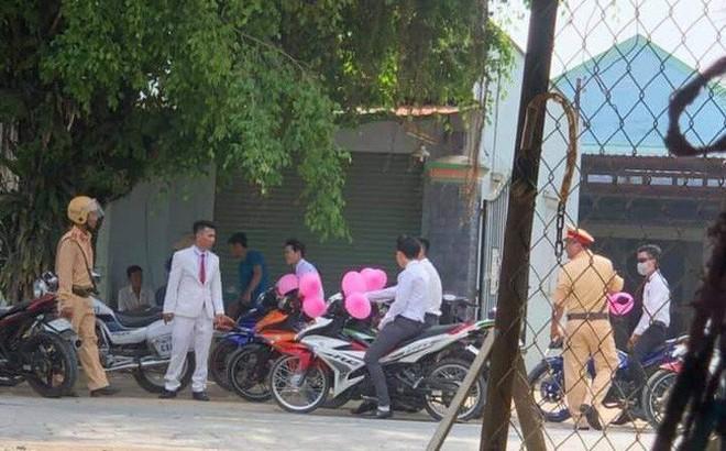 Lập đoàn rước dâu bằng xe máy bóng bay hồng cho ấn tượng, giữa đường chú rể méo xệch mặt vì bị CSGT bắt