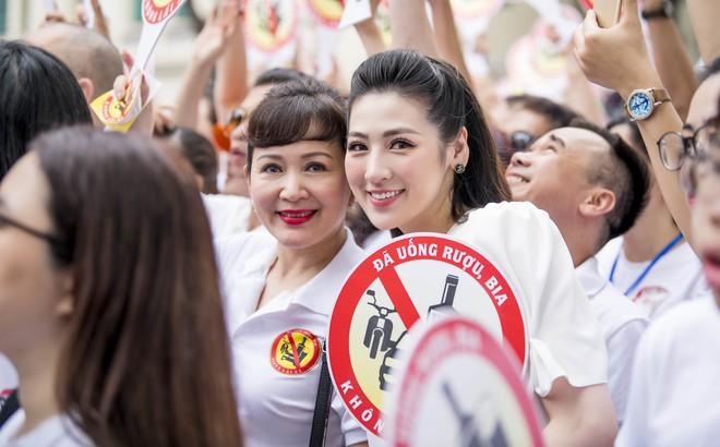 Á hậu Tú Anh lấy lại nhan sắc sau 4 tháng sinh nở, chạy show liên tục
