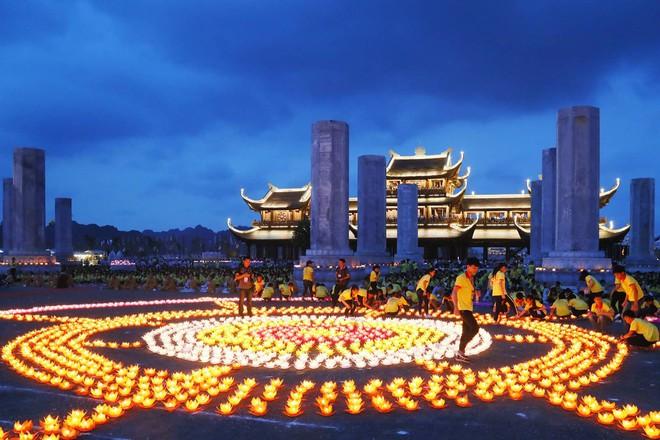 Lung linh đêm hội hoa đăng cầu cho thế giới hòa bình tại Đại lễ Phật Đản Vesak 2019 - Ảnh 2.