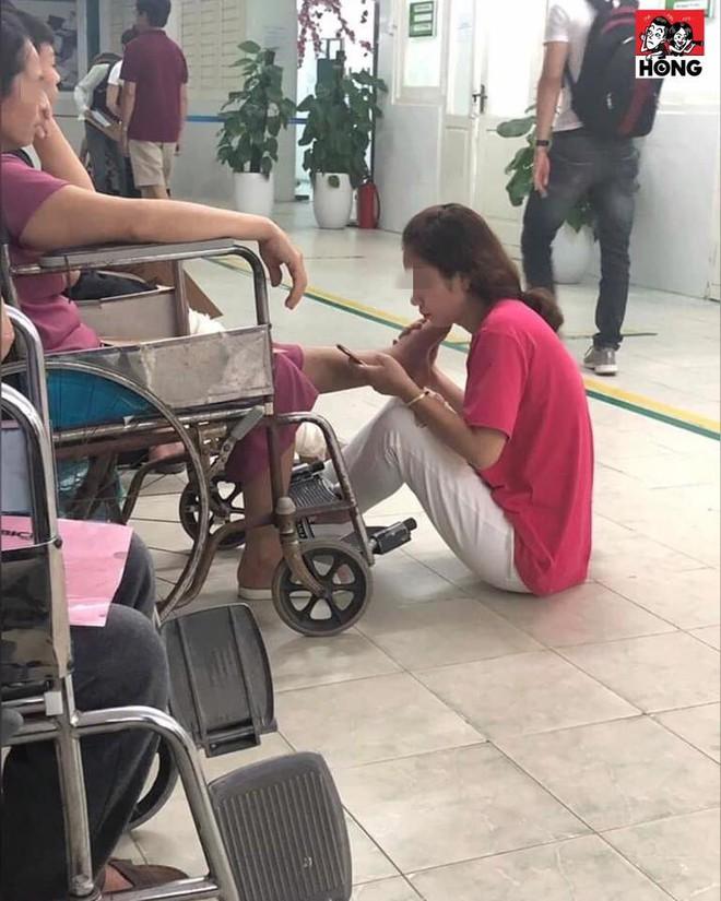 Con gái ôm chân mẹ suốt 2 tiếng trong bệnh viện - hình ảnh khiến ai thấy cũng cảm động  - Ảnh 1.