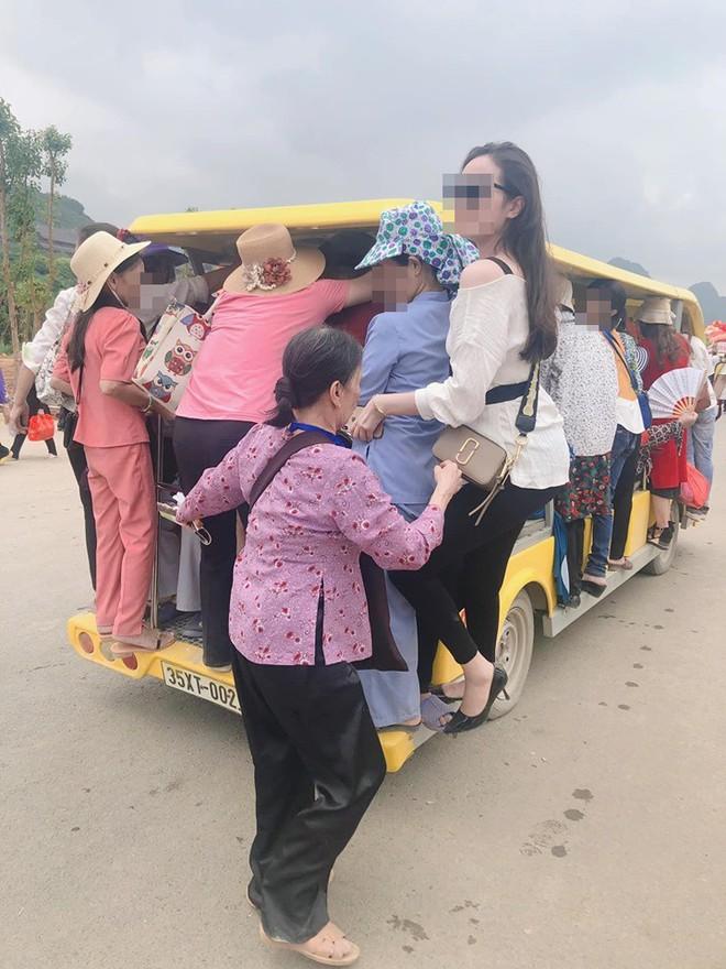 Nhóm người dự lễ Đại lễ Phật đản đu bám trên xe điện chật cứng để ra ngoài chùa Tam Chúc - Ảnh 2.