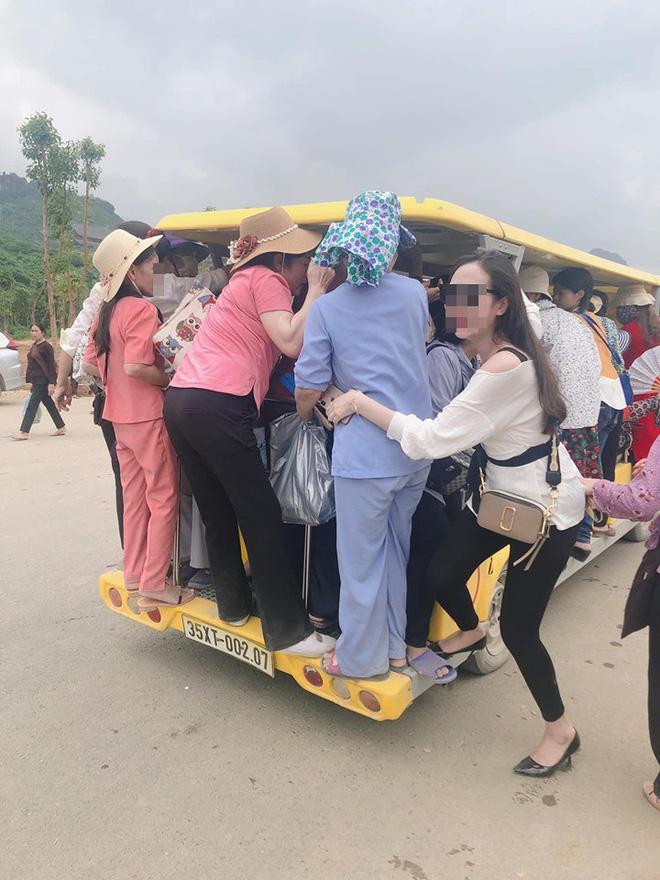 Nhóm người dự lễ Đại lễ Phật đản đu bám trên xe điện chật cứng để ra ngoài chùa Tam Chúc - Ảnh 1.