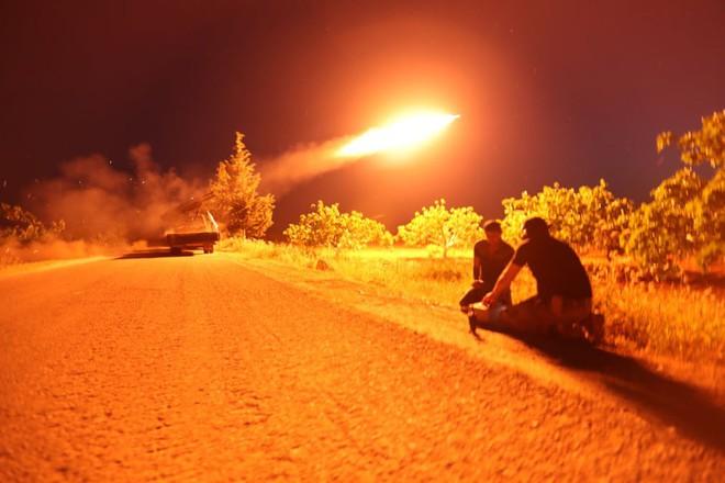 24h qua ảnh: Quân nổi dậy nã tên lửa vào quân đội Syria - Ảnh 3.