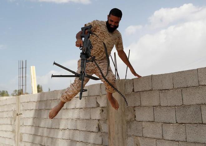 24h qua ảnh: Quân nổi dậy nã tên lửa vào quân đội Syria - Ảnh 1.