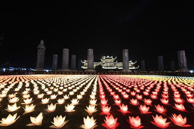 Lung linh đêm hội hoa đăng cầu cho thế giới hòa bình tại Đại lễ Phật Đản Vesak 2019 - Ảnh 7.